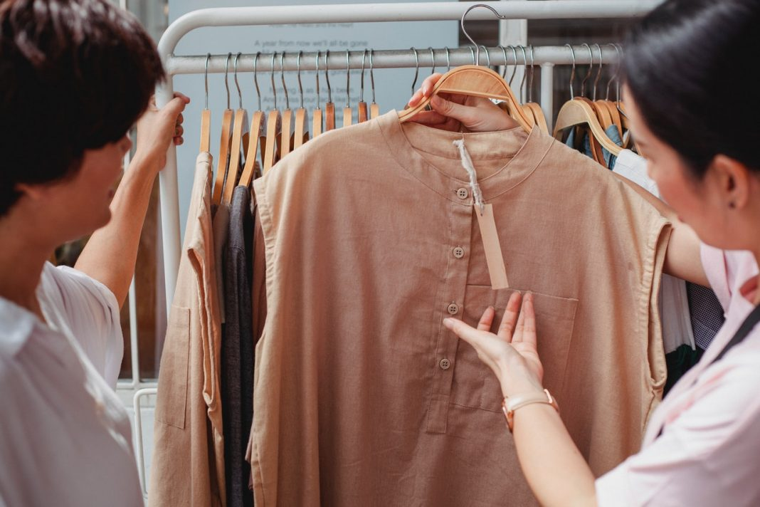 débat prix vêtement price tag